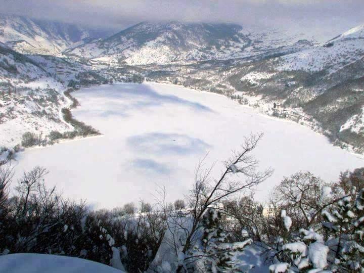 La foto del giorno… la magia del Lago di Scanno innevato, il ...